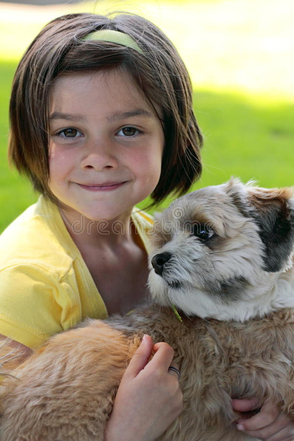 Niña y un perro   fotos de archivo