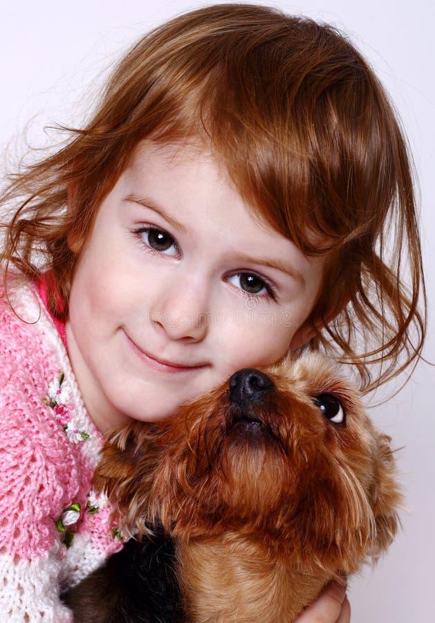 Niña y Yorkshire Terrier imagenes de archivo