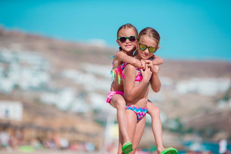Niñas adorables que se divierten el vacaciones de la playa del verano imagen de archivo