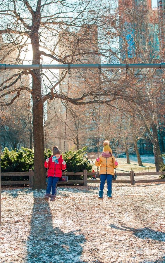 Niñas adorables que se divierten en Central Park en New York City foto de archivo libre de regalías