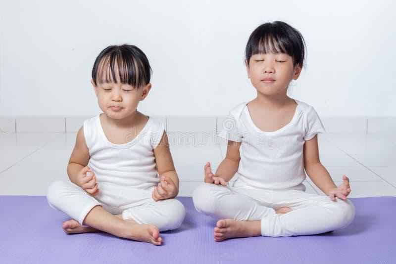 Niñas chinas asiáticas que practican actitud de la yoga fotografía de archivo