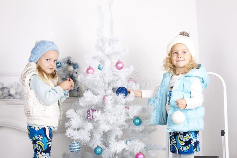 Niñas con el árbol de Cristmas fotografía de archivo