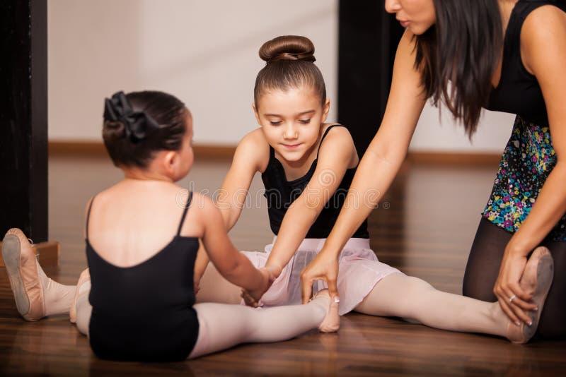 Niñas en una clase del ballet fotos de archivo
