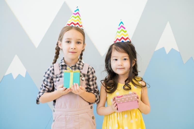 Niñas lindas en sombreros coloridos del partido foto de archivo