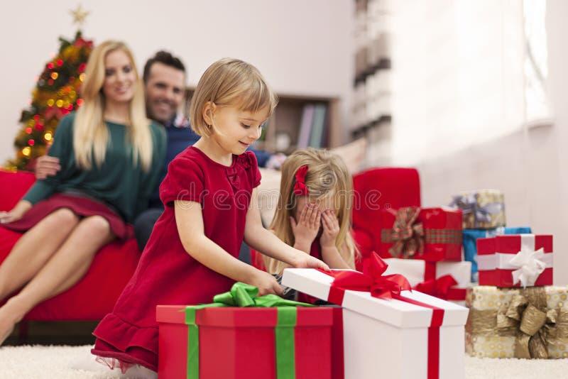 Niñas que abren los regalos imagen de archivo