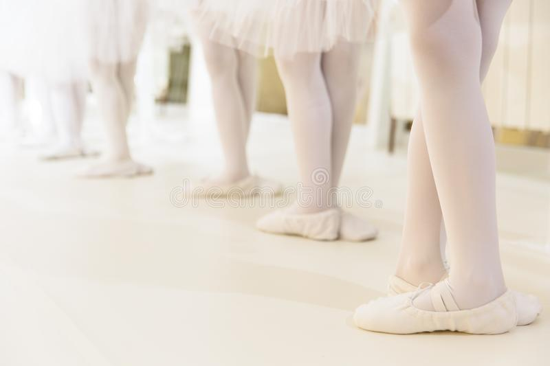 Niñas que bailan ballet fotografía de archivo
