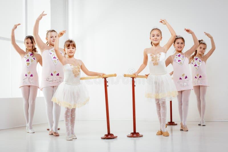 Niñas que practican ballet fotos de archivo libres de regalías