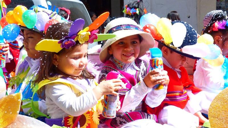 Niñas vestidas en trajes del carnaval con las latas de espray imagenes de archivo