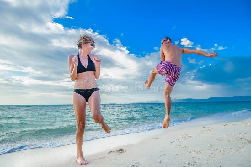 Niñez en el alma: un par de treinta-año-olds que salta y foto de archivo libre de regalías