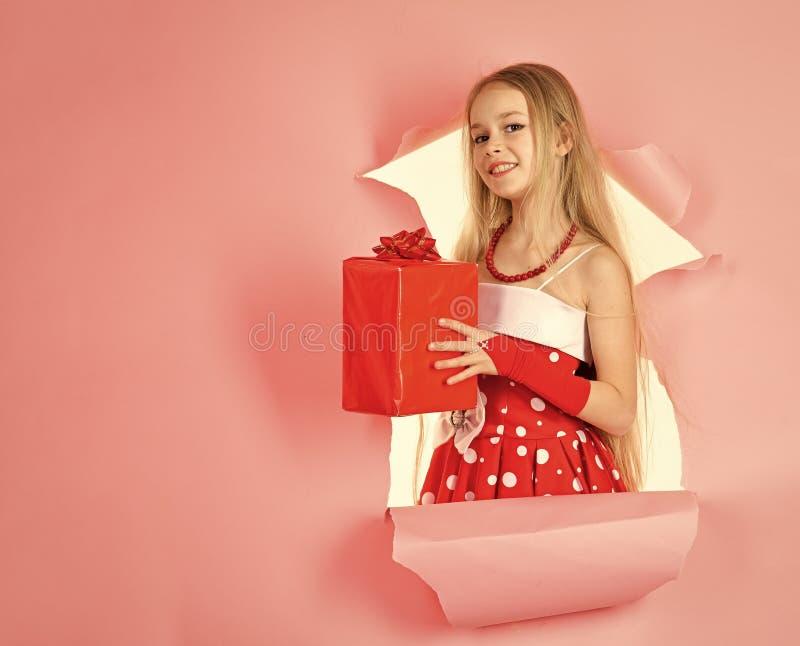 Niñez y felicidad, caja de regalo Cumpleaños y la Navidad San Esteban, celebración del día de fiesta y partido Muchacha del niño  imagen de archivo libre de regalías