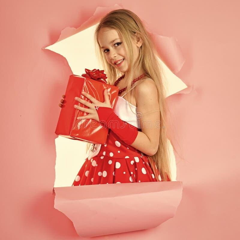 Niñez y felicidad, caja de regalo Muchacha del niño con el actual paquete, lunes cibernético San Esteban, celebración del día de  fotografía de archivo libre de regalías