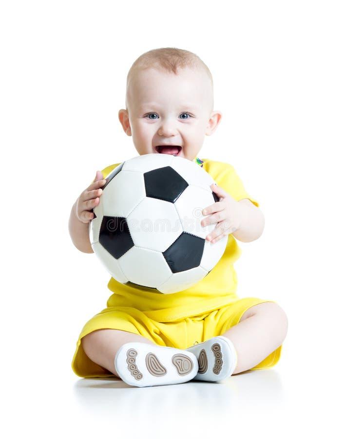 Niño adorable con fútbol sobre el fondo blanco foto de archivo
