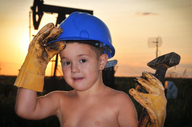 Niño adorable con un casco fotografía de archivo libre de regalías