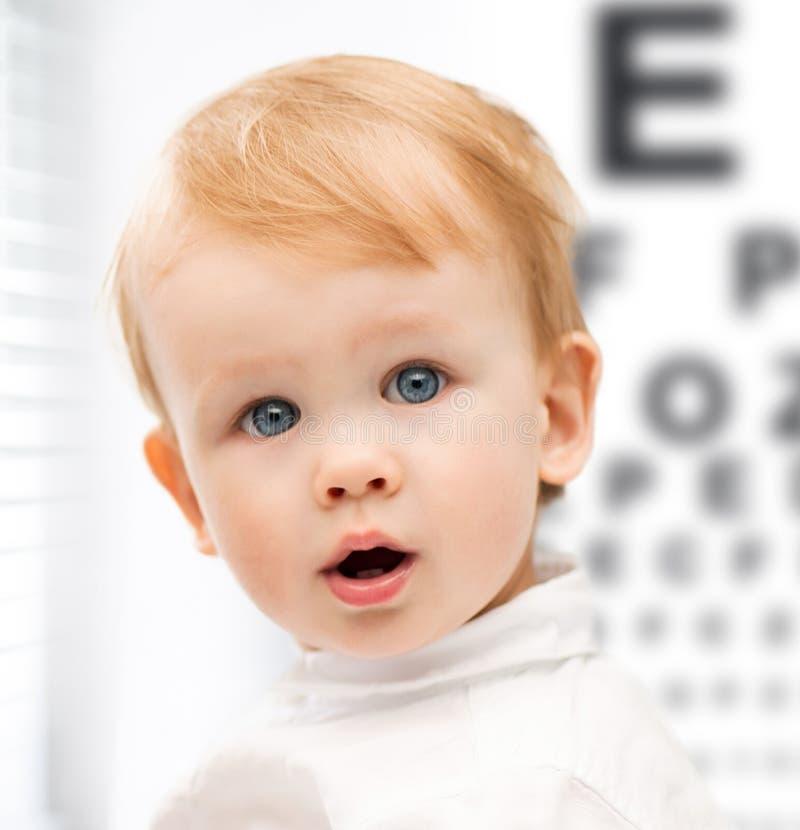 Niño adorable del bebé con el tablero de prueba de la vista imagenes de archivo