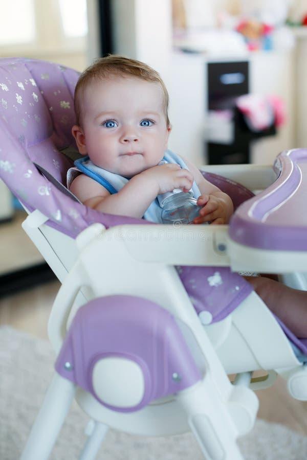 Niño adorable que bebe de la botella fotografía de archivo libre de regalías