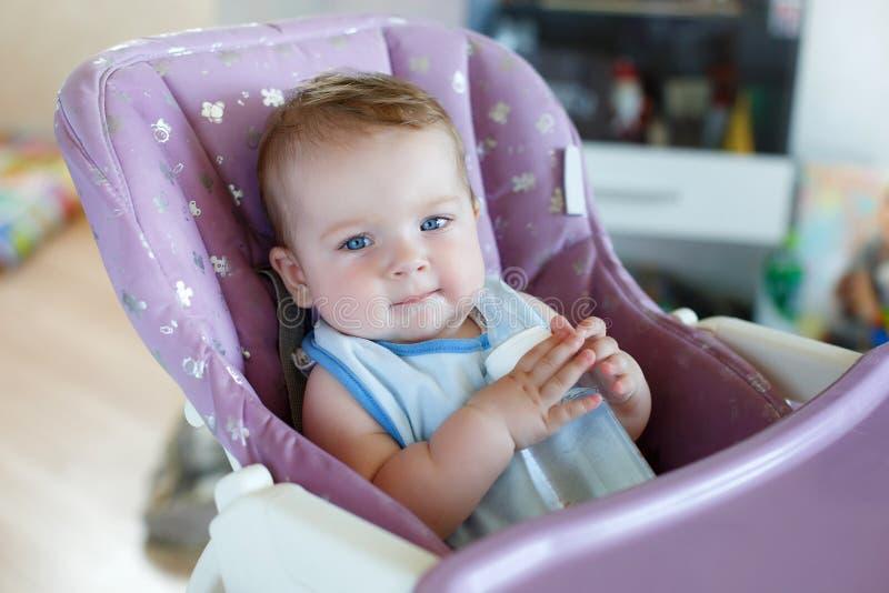 Niño adorable que bebe de la botella fotos de archivo