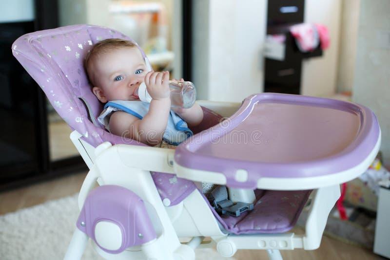 Niño adorable que bebe de la botella foto de archivo libre de regalías