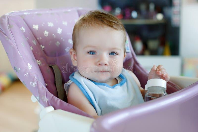 Niño adorable que bebe de la botella imágenes de archivo libres de regalías
