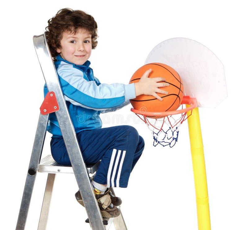 Niño adorable que juega al baloncesto imagen de archivo