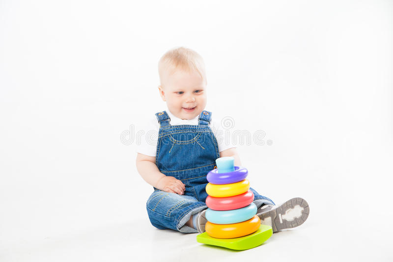 Niño adorable que juega con el juguete imagenes de archivo