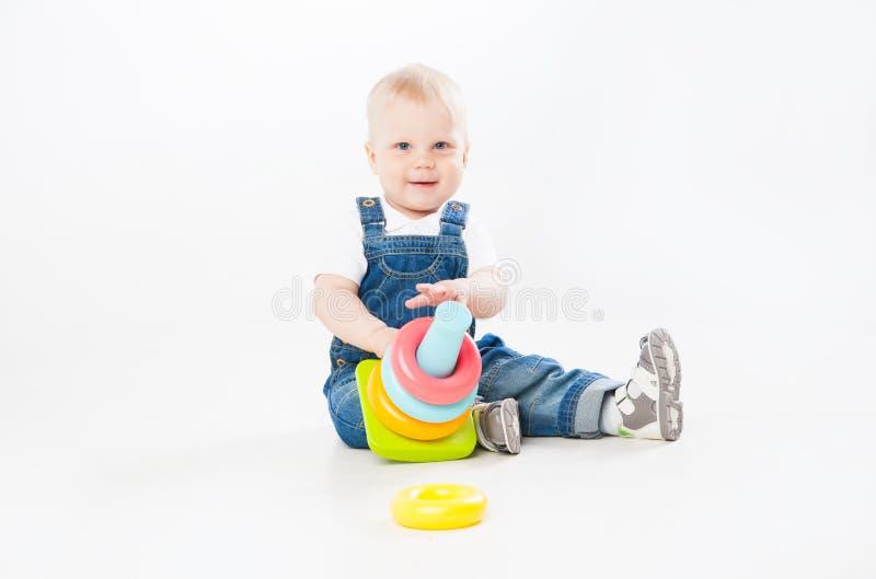 Niño adorable que juega con el juguete imágenes de archivo libres de regalías