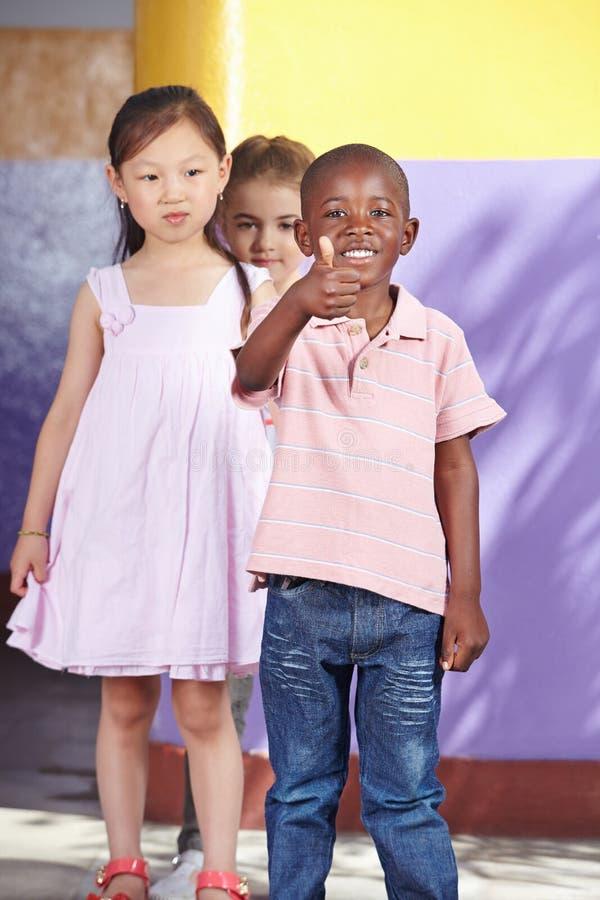 Niño africano en grupo de la guardería fotos de archivo