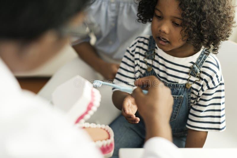 Niño africano joven con un dentista fotografía de archivo libre de regalías