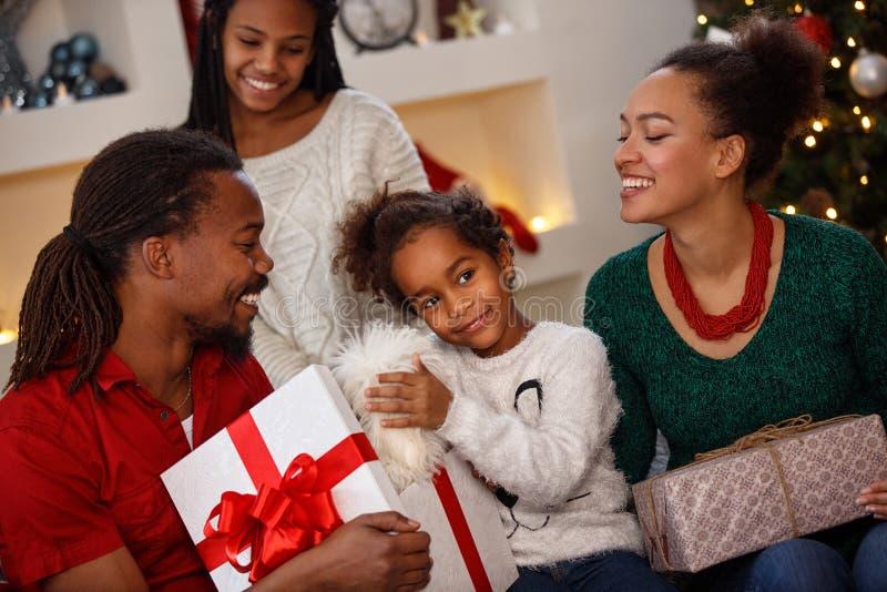 Niño afroamericano con la familia junto para la Navidad imagenes de archivo