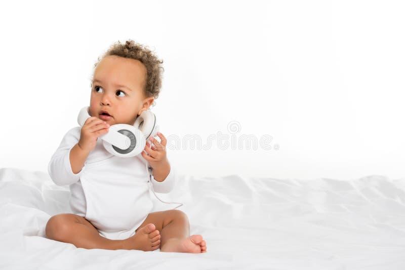 niño afroamericano con los auriculares imagen de archivo libre de regalías