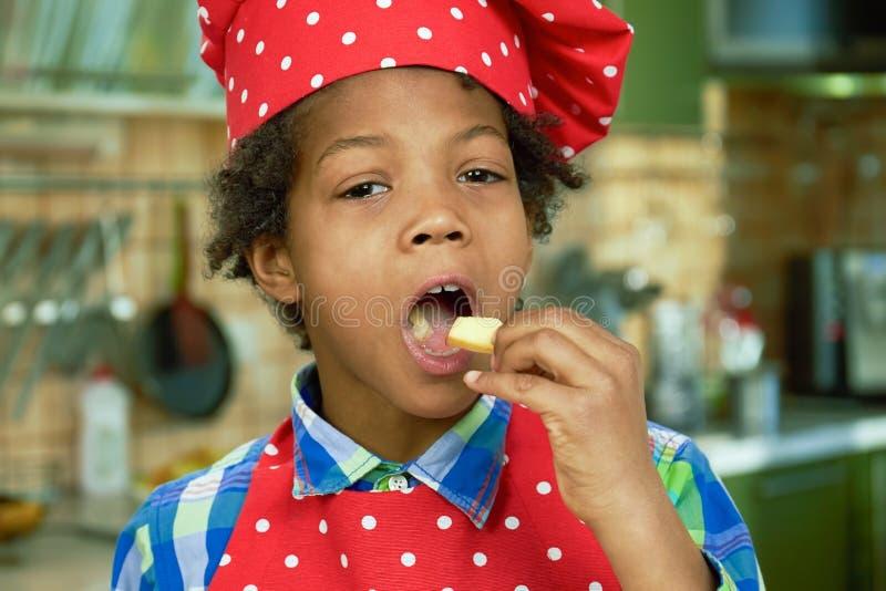 Niño afroamericano que come la manzana fotografía de archivo libre de regalías