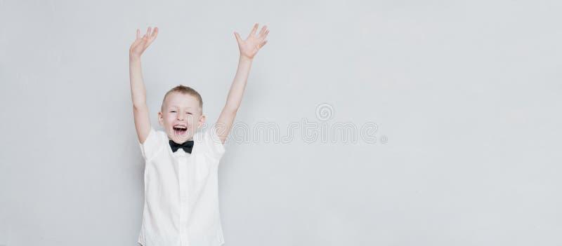 Niño alegre con las manos para arriba imágenes de archivo libres de regalías