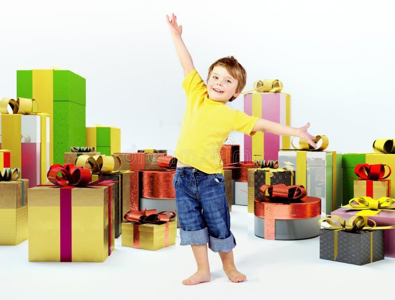 Niño alegre con las porciones de presentes imágenes de archivo libres de regalías