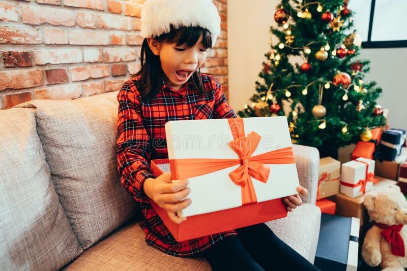 Niño alegre emocionado mirando el presente de Navidad fotografía de archivo
