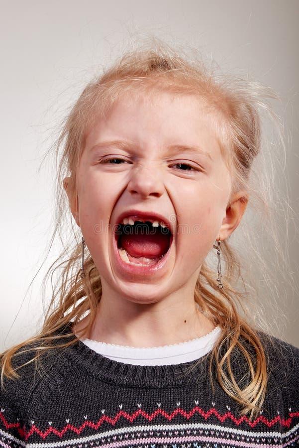 Niño alegre en hueco del diente imagen de archivo