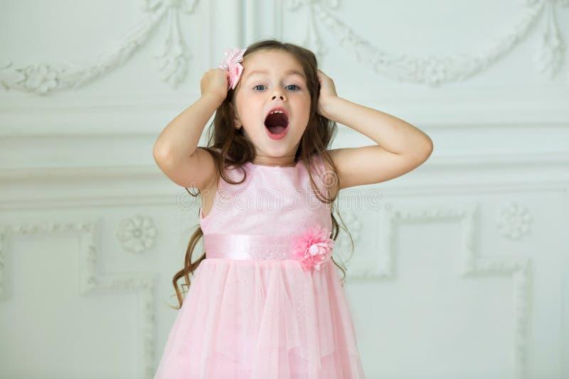 Niño alegre joven hermoso de la muchacha foto de archivo