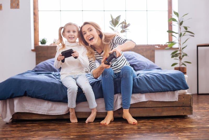 Niño alegre que juega con su mamá foto de archivo libre de regalías
