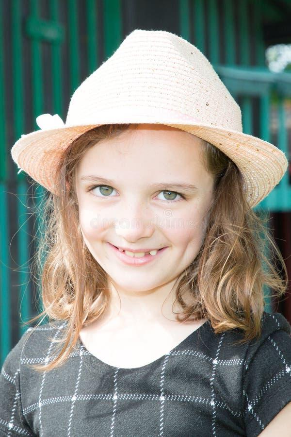 Niño alegre seis años de muchacha al aire libre en día de verano de la primavera imagen de archivo libre de regalías