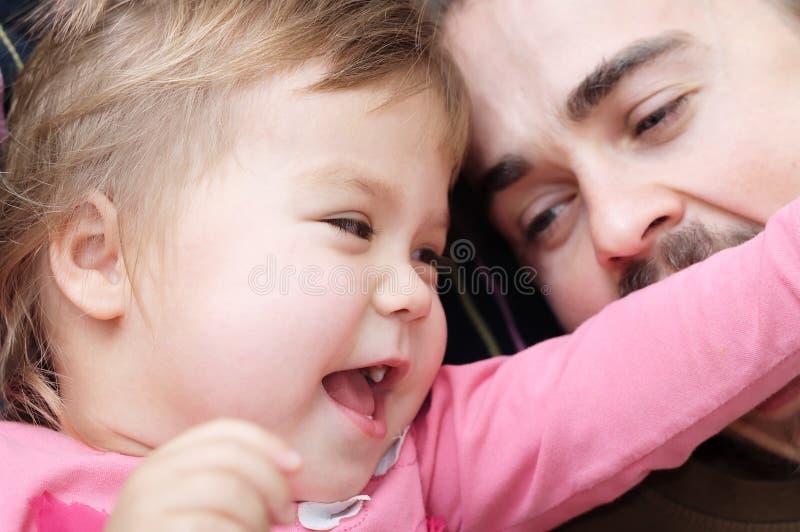 Niño alegre y papá que se divierten laughting muy emocional imagenes de archivo