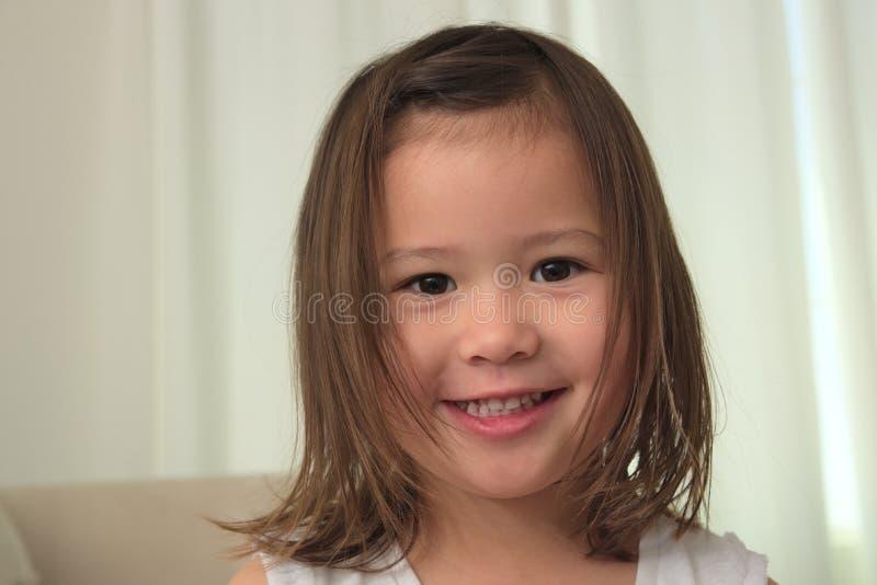 Niño asiático BI-racial femenino sonriente imagenes de archivo