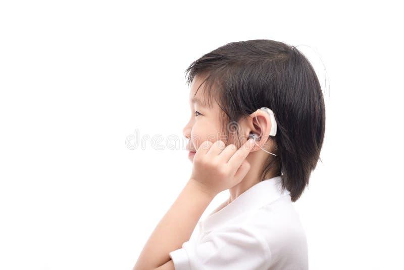 Niño asiático con el audífono imagen de archivo libre de regalías