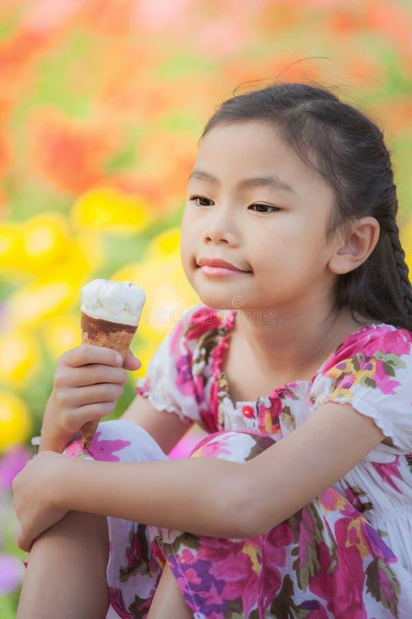 Niño asiático con helado fotos de archivo libres de regalías