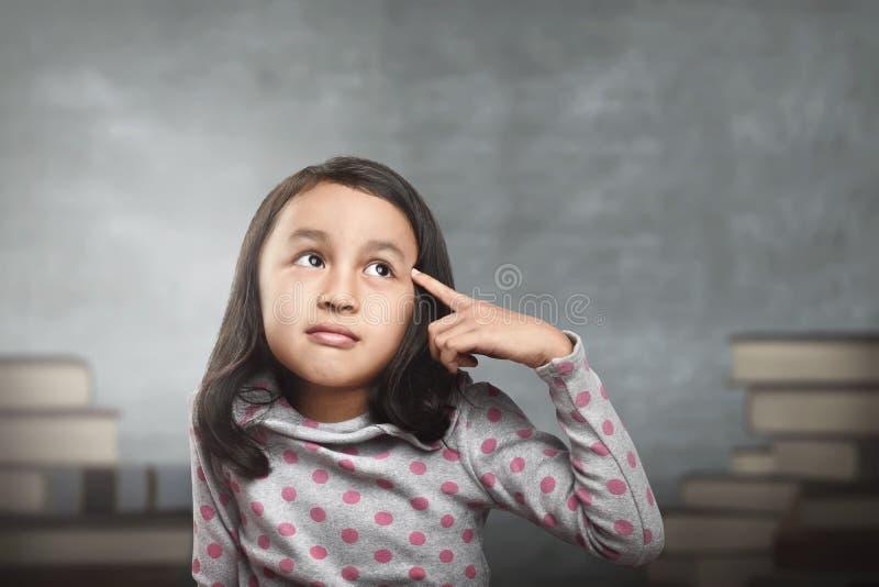 Niño asiático divertido que piensa para la nueva inspiración imágenes de archivo libres de regalías