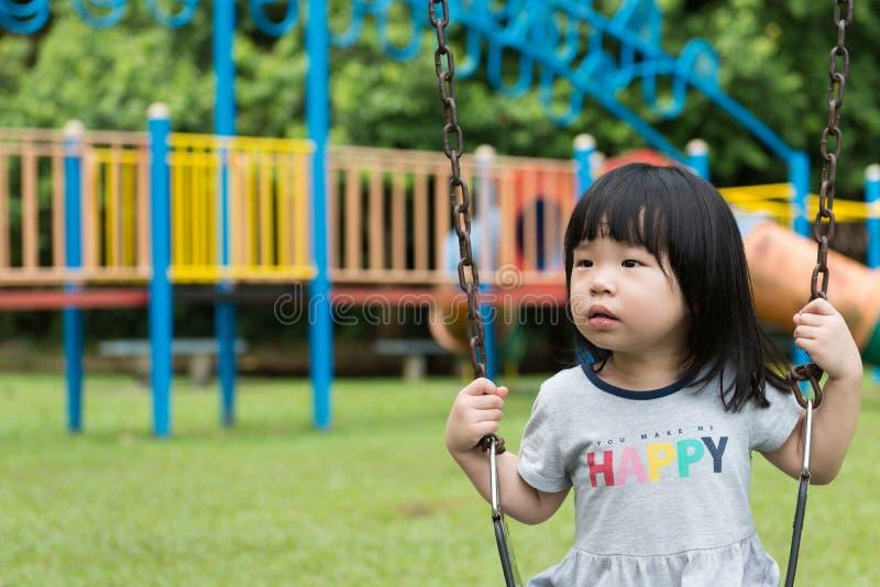 Niño asiático en el oscilación imágenes de archivo libres de regalías