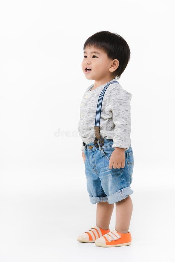 Niño asiático en fondo aislado imagen de archivo