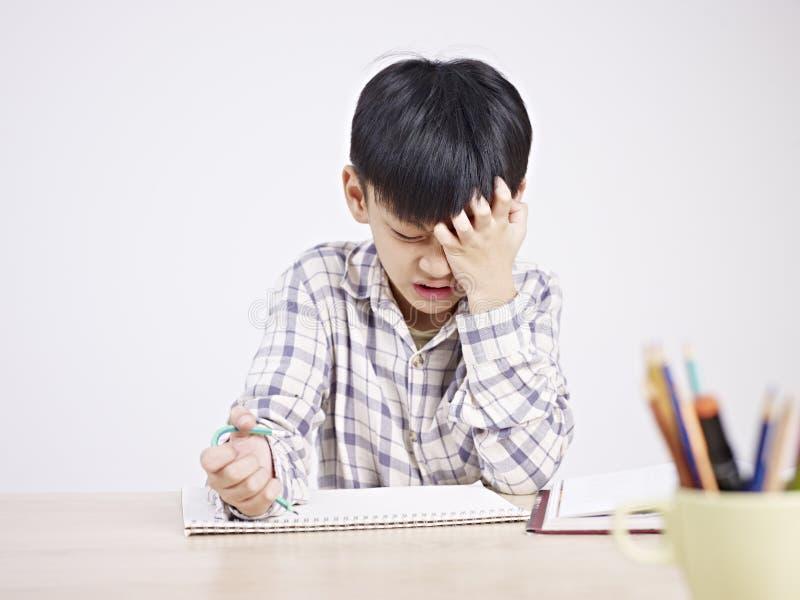 Niño asiático frustrado foto de archivo