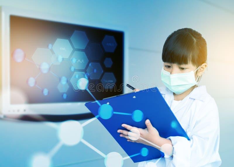Niño asiático que juega al doctor fotografía de archivo