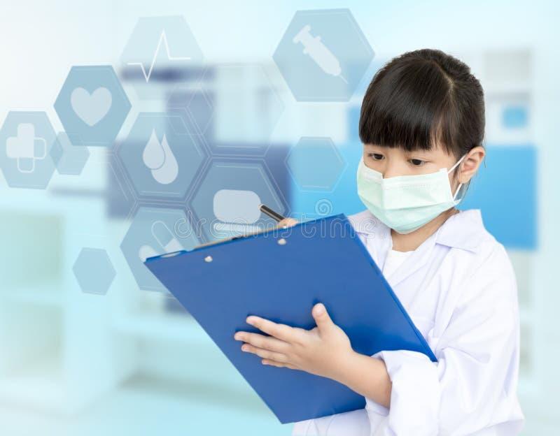 Niño asiático que juega al doctor fotos de archivo
