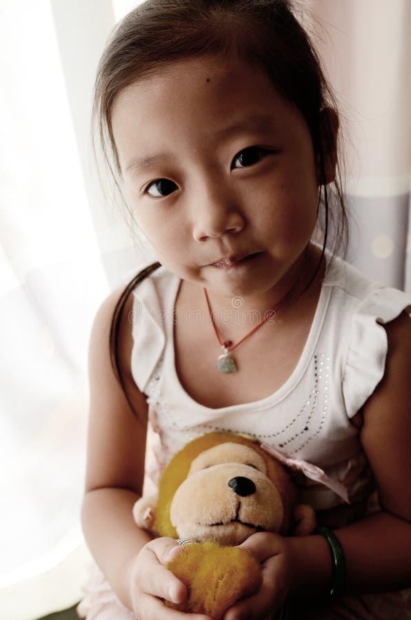 Niño asiático que sostiene el mono del juguete fotos de archivo libres de regalías