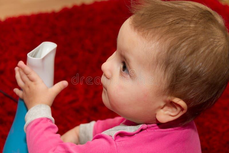 Niño bastante rizado que se seca el pelo foto de archivo libre de regalías