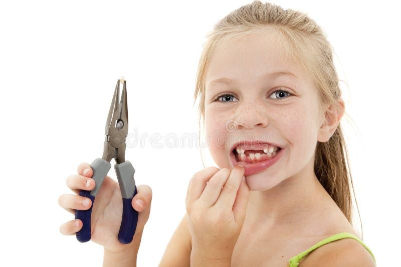 Niño bonito de la muchacha con el diente flojo imágenes de archivo libres de regalías